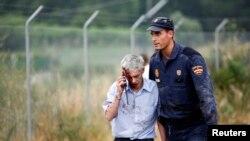 24일 스페인 고속철 탈선 사고 현장에서 기관사인 프란치스코 호세 가르손이 경찰의 부축을 받으며 사고 현장을 빠져나오고 있다.
