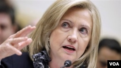 Menteri Luar Negeri AS Hillary Clinton memberikan kesaksiannya di depan Komite Urusan Luar Negeri, Selasa (1/3).