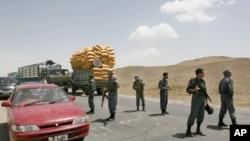 د کابل ـ کندهار لار د غزني د قره باغ د ولسوالۍ یو شمیر اوسیدونکو د ملکي وګړو د وژلو په اعتراض کې د شنبې له ورځې راهیسې تړلې وه.