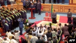Rose Francine Rogombé, assermentée chef d'État par intérim du Gabon lors d'une cérémonie au Sénat, le 10 juin 2009 à Libreville.