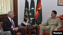 Pakistan's army chief General Raheel Sharif (R) meets with US defense secretary Chuck Hagel at the General Headquarters in Rawalpindi, Pakistan, Dec. 9, 2013.
