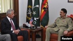 Panglima militer Pakistan Jenderal Raheel Sharif (kanan) menerima kunjungan Menhan AS Chuck Hagel di Rawalpindi, Pakistan (9/12).