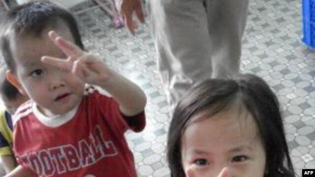 Các em nhỏ tại Việt Nam được các bạn trẻ trong Hope for Tomorrow giúp đỡ