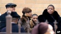 Thân nhân đến dự tang lễ của cô Hadiya tại Chicago, ngày 9/12/2013.
