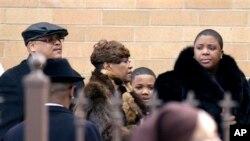 지난 9일 총격으로 사망한 하디야 펜들턴의 장례식에 참 석한 가족들. 펜들턴은 바락 오바마 대통령의 취임식에서 공연한 뒤 일주일 만에 총기 사고로 목숨을 잃었다.