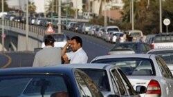 رانندگان در صف چند صد متری دریافت بنزین در مرکز طرابلس پایتخت لیبی