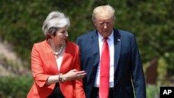 Thủ tướng Anh Theresa May và Tổng thống Mỹ Donald Trump trước cuộc họp báo chung tại Chequers, ở Buckinghamshire, Anh, ngày 13/7/2018.
