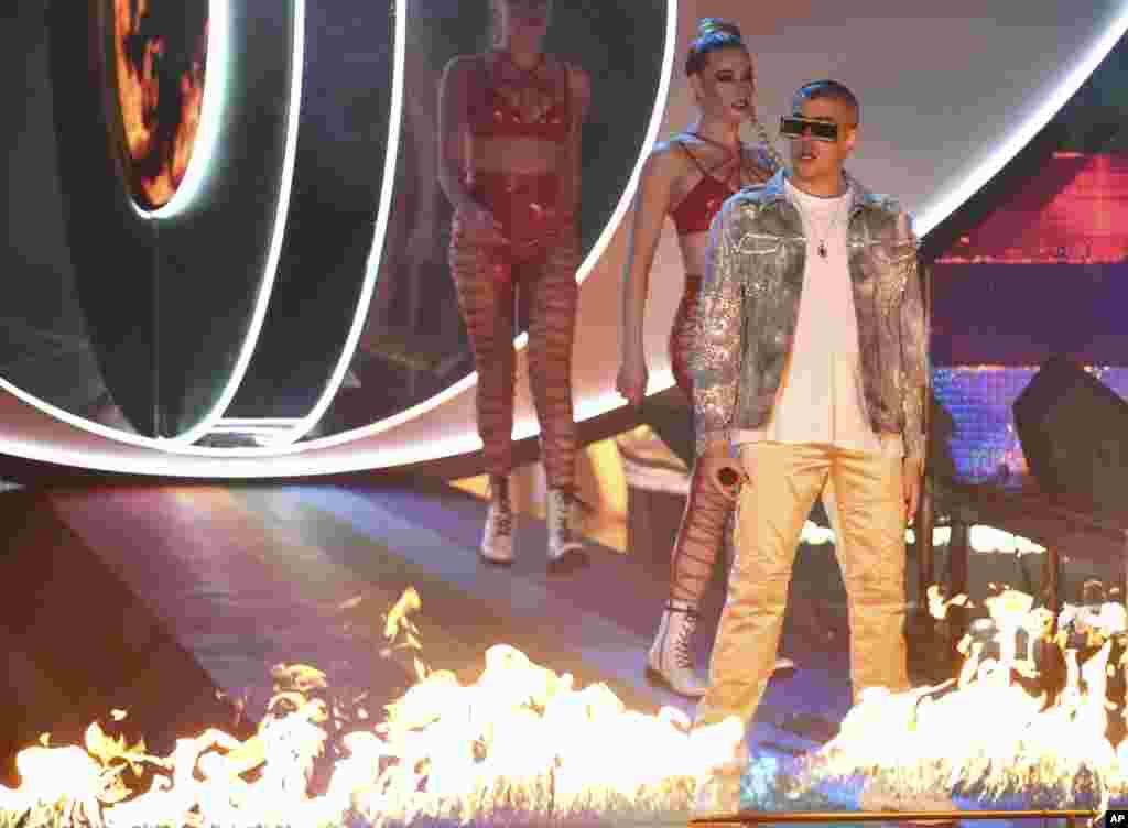 El cantante puertorriqueño de rap latino, Bad Bunny, incendió el escenario de los Latin Grammy cantando algunos de sus temas más famosos.