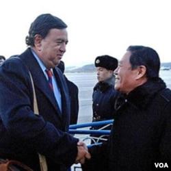 Bill Richardson saat melakukan kunjungan ke Pyongyang, Minggu 19 Desember 2010.