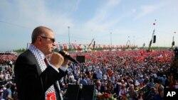 Türkiyə prezidenti Rəcəb Tayyib Ərdoğan İstanbulda mitinqdə nitq söyləyir, 18 may, 2018.