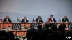 De gauche à droite, les présidents russe Vladimir Poutine, brésilien Michel Temer, sud-africain Cyril Ramaphosa, chinois Xi Jinping, , et le Premier ministre indien Narendra Modi réunis en sommet à Johannesburg, Afrique du Sud, 26 juillet 2018.