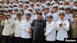Lãnh tụ Bắc Triều Tiên Kim Jong Un chụp hình với các sĩ quan và thủy thủ của Quân đội nhân dân Triều Tiên tại Bình Nhưỡng. (Ảnh chụp ngày 16/6/2014).
