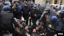 Di Aljazair, polisi menahan ratusan demonstran anti-pemerintah yang berusaha melakukan protes.