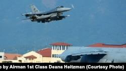 တူရကီ ေလတပ္စခန္း မွာ တပ္ျဖန္႔ခ်ထားတဲ့လူ ၃၀၀ အထိ တင္ႏုိင္တဲ့ F-16 အမ်ဳိးအစား တုိက္ေလယာဥ္ေတြကို ျမင္ရစဥ္။ (ၾသဂုတ္ ၉၊ ၂၀၁၅)