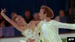 Олимпийские чемпионы в танцах на льду российские спортсмены Оксана Грищук и Евгений Платов. Бирмингем. Англия. 10 марта 1995 года
