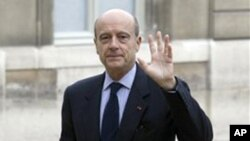France's Defense Minister Alain Juppe arrives prior to the weekly cabinet meeting at the Elysee Palace in Paris, 17 Nov 2010
