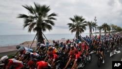 8月29日,环法自行车赛手在法国南方城市尼斯海滨大道参加第一阶段比赛。