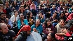 Etudiants indiens scandant des slogans lors d'une manifestation à l'Université Jawaharlal Nehru à New Delhi , en Inde, le mardi 16 février 2016