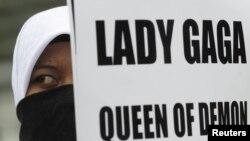 Učesnica protesta protiv održavanja koncerta Lejdi Gage u Indoneziji