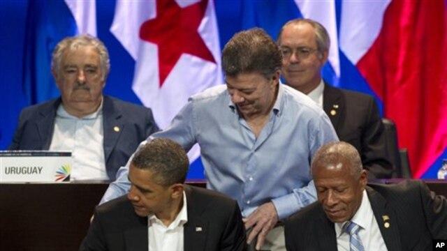 Presiden Obama (depan kiri) bersama para pemimpin  benua Amerika saat menghadiri KTT di Cartagena, Kolombia (14/4).