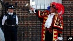 El anunciador real, Tony Appleton, hace sonar la campana y anuncia al público el nacimiento del Príncipe de Cambridge.