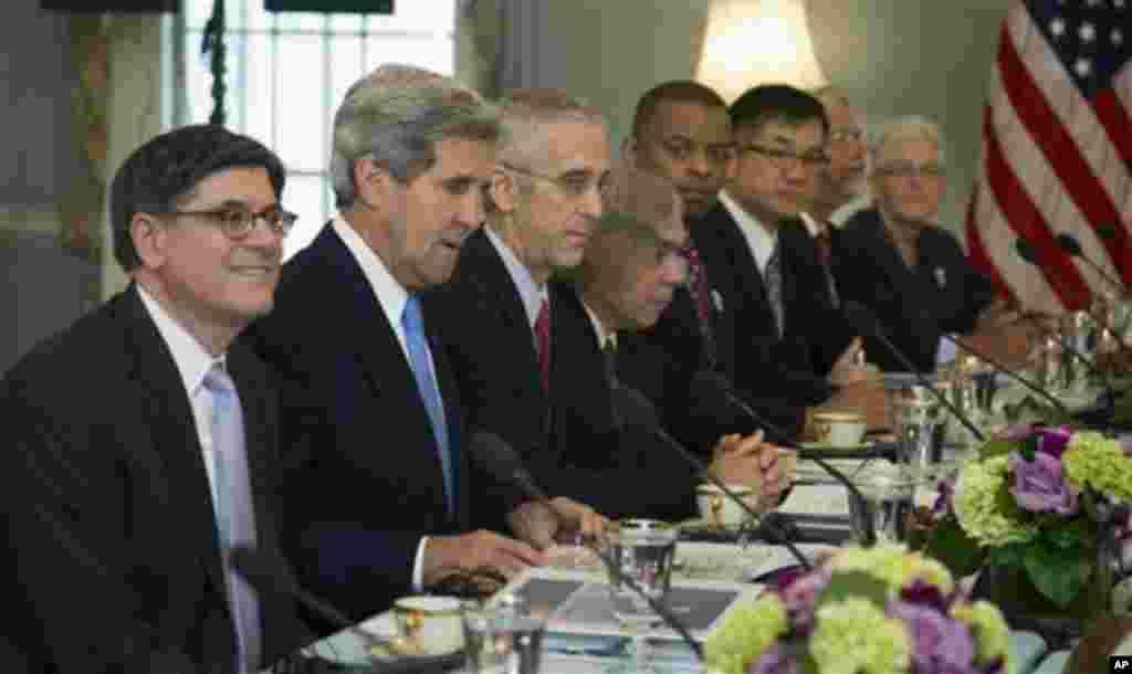 10일 미-중 전략경제대화에서 제이콥 류 미국 재무장관(왼쪽 첫번째)과 존 케리 미 국무장관(왼쪽 두번째)이 중국 대표단과 기후 변화 대응 문제 등을 논의하고 있다.