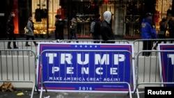 지난 20일 미국 뉴욕시 맨하탄의 트럼프 타워 인근에 도널드 트럼프 대통령 당선인과 마이크 펜스 부통령 당선인을 지지하는 선거 구호가 붙어있다.
