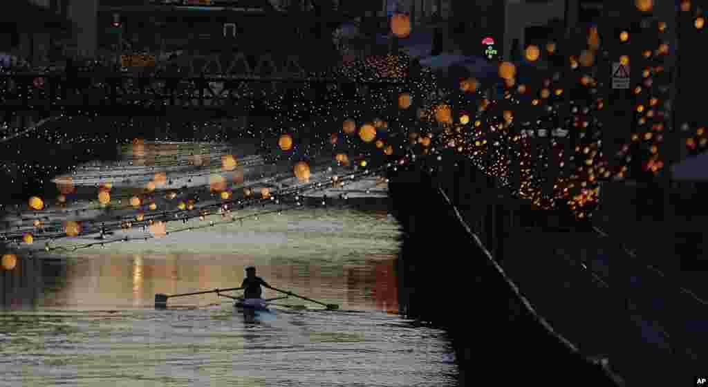 قایق سواری در کانال آب تزئین شده از چراغ های کریسمس در میلان ایتالیا