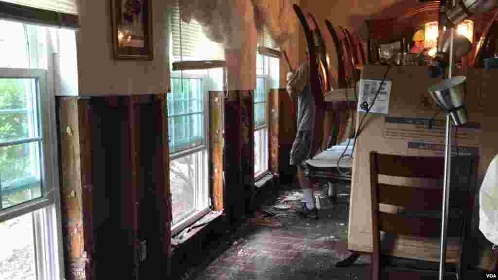 Una vivienda en Houston afectada por inundaciones de tormenta tropical Harvey es limpiada para iniciar la reconstrucción.