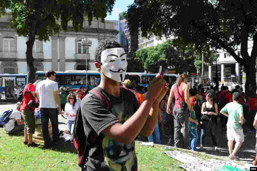 World Cup protesters in Rio de Janeiro, Brazil, June 12, 2014. (Brian Allen/VOA)
