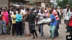 Người dân mang xác nạn nhân đi trong khu Nyakabiga ở Bujumbura, Burundi, 12/12/2015.