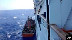25일 키프로스 구조선이 지중해 공해상에서 좌초된 시리아 난민선을 구조하고 있다.