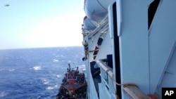 Para pengungsi yang terlihat berhimpitan di sebuah kapal kecil, diselamatkan oleh sebuah kapal pesiar di lepas pantai dekat pelabuhan utama Siprus, Limassol (25/9).
