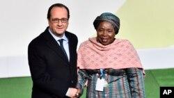 François Hollande et Nkosazana Dlamini-Zuma, présidente de la Comission de l'Union africaine, le 30 novembre 2015 au Bourget. (Loic Venance/Pool Photo via AP)