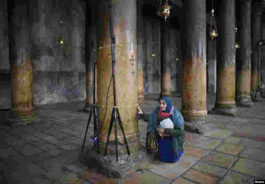 Молящаяся в церкви Рождества Христова в Вифлееме в праздник Рождества