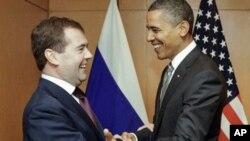 លោកប្រធានាធិបតីរុស្សី Dmitry Medvedev និងលោកប្រធានាធិបតីអូបាម៉ា ជួបគ្នា នៅក្រៅជំនួបកំពូល APEC។