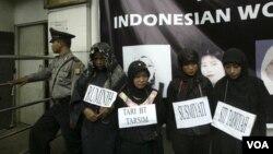 Demonstrasi menentang penyiksaan TKI di Arab Saudi, di depan Kedutaan Arab Saudi di Jakarta. (Foto: Dok)