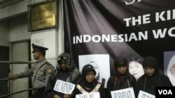 Para aktivis buruh melakukan protes atas penyiksaan dan pembunuhan PRT Indonesia, di depan gedung Kedutaan Arab Saudi di Jakarta (foto: dok.).