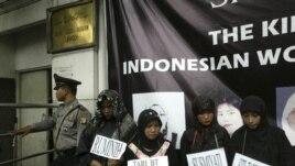 Sejumlah aktivis perempuan melakukan unjuk rasa di depan Kedutaan Arab Saudi di Jakarta memprotes penganiayaan 4 TKW di Saudi (foto: dok).