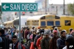 Miles de migrantes que buscan llegar a EE.UU. alegan que huyen de la violencia y la pobreza en sus países.