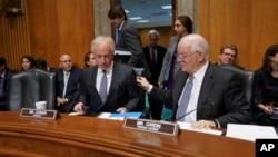 Predsedavajući Odbora za spoljnopolitička pitanja, republikanac iz Tenesija (levo) i njegov demokratski kolega iz Merilenda Ben Kardin, pred početak današnjeg pretresa