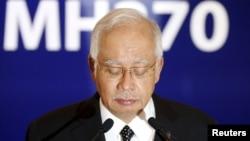 នាយករដ្ឋមន្ត្រីម៉ាឡេស៊ី ណាជីប រ៉ាហ្សាក់ (Najib Razak) បានបញ្ជាក់អះអាងថា បំណែកស្លាបយន្តហោះប៊ូអ៊ីង ៧៧៧ ដែលគេបានរកឃើញនៅលើកោះ Reunionក្នុងមហាសមុទ្រឥណ្ឌាគឺពិតជាបំបែកនៃយន្តហោះដែលមានជើងហោះហើរលេខ MH 370 ដែលបានបាត់នោះប្រាកដមែន ដែលលោកបានបញ្ជាក់យ៉ាងដូច្នេះកាលពីថ្ងៃទី៦ ខែសីហា ឆ្នាំ២០១៥។