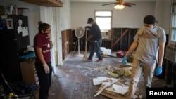 Porodica procenjuje štetu u svojoj kući u Hjustonu nakon poplava