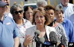 La legisladora Jackie Speier, demócrata por California (centro), junto a otros miembros del Congreso habla a la prensa después de que el grupo recorrió el Centro de Procesamiento Central de la Patrulla Fronteriza de los Estados Unidos el sábado 23 de junio de 2018 en McAllen, Texas.