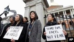 Sheila Vo (đầu tiên từ phải) cùng những người Mỹ gốc Á khác trong Uỷ ban người Mỹ gốc Á của tiểu bang Massachusetts biểu tình bên ngoài toà quốc hội tiểu bang ở Boston hôm 12/3, để phản đối sự kỳ thị và thông tin sai lệch nhắm vào cộng đồng người Á ở Mỹ giữa đại dịch COVID-19.