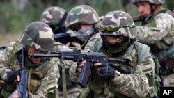 Soldados ucranianos toman parte de un ejercicio en el centro de entrenamiento militar en las afueras de Zhytomyr, a 150 kilómetros de Kiev.