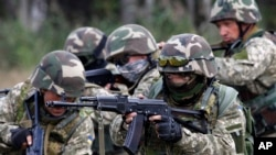 Tentara Ukraina dalam pelatihan militer di luar Zhytomyr, sekitar 150 kilometer dari sebelah barat Kyiv (11/9). (AP/Sergei Chuzavkov)