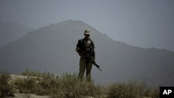 پاک افغان سرحد پر تعینات فوجی (فائل فوٹو)