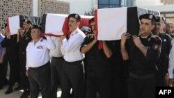 Cảnh sát Syria khiêng quan tài của các nhân viên an ninh và binh sĩ thiệt mạng trong vụ thảm sát tại thành phố Jir al-Shughour ở tây nam nước này