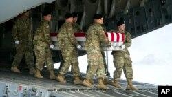 آرشیف: سربازان امریکایی تابوت حاوی جسد یک سرباز هموطن شان را از طیاره پایین می کنند